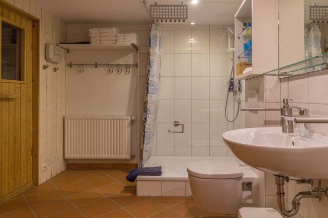 Kleines Bad mit Zugang zur Sauna