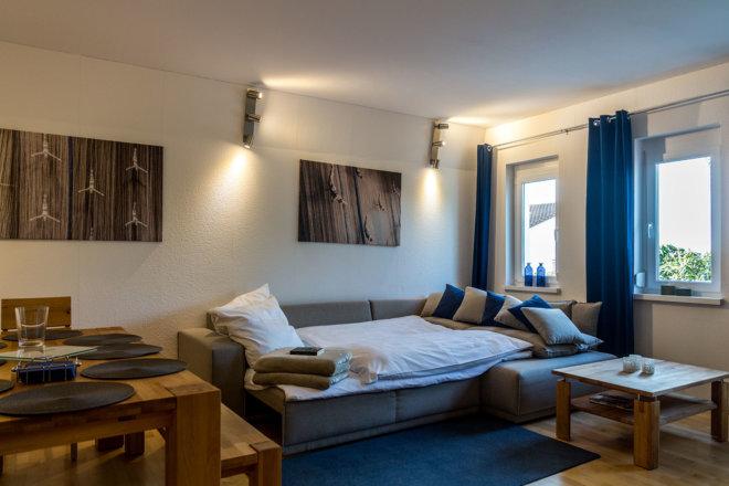 Wohnzimmer mit optionalem Umbau des Sofas zum Bett.